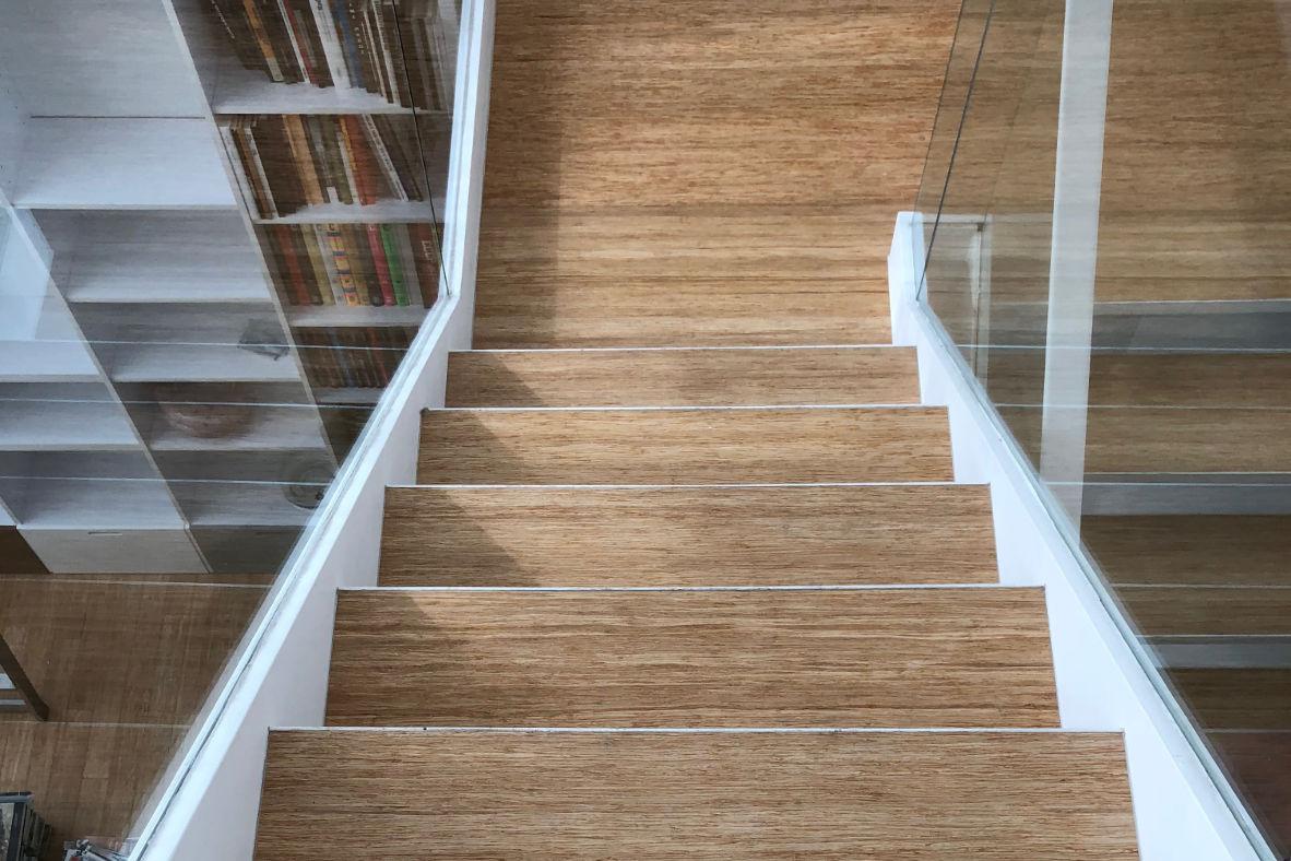 Escaleras de tarima maciza de bambú en estructura de hierro