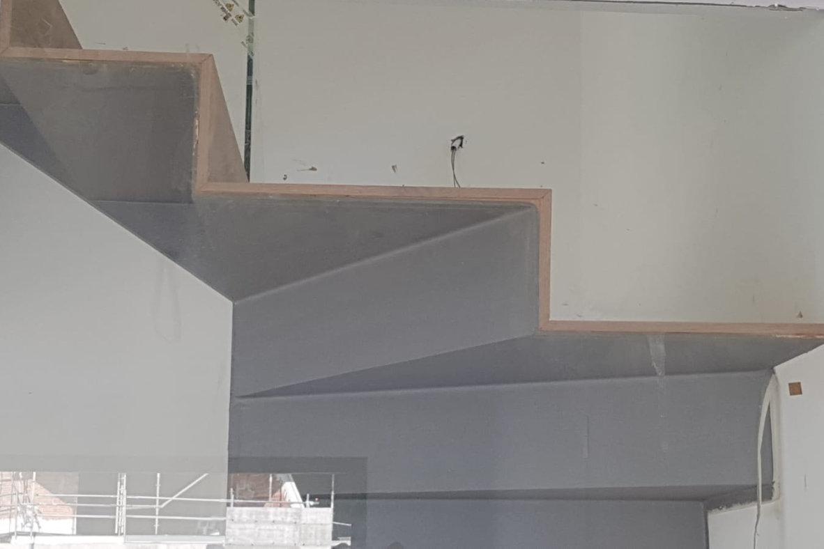 Instalación de peldaños forrados con tarima tricapa de roble sobre estructura metálica