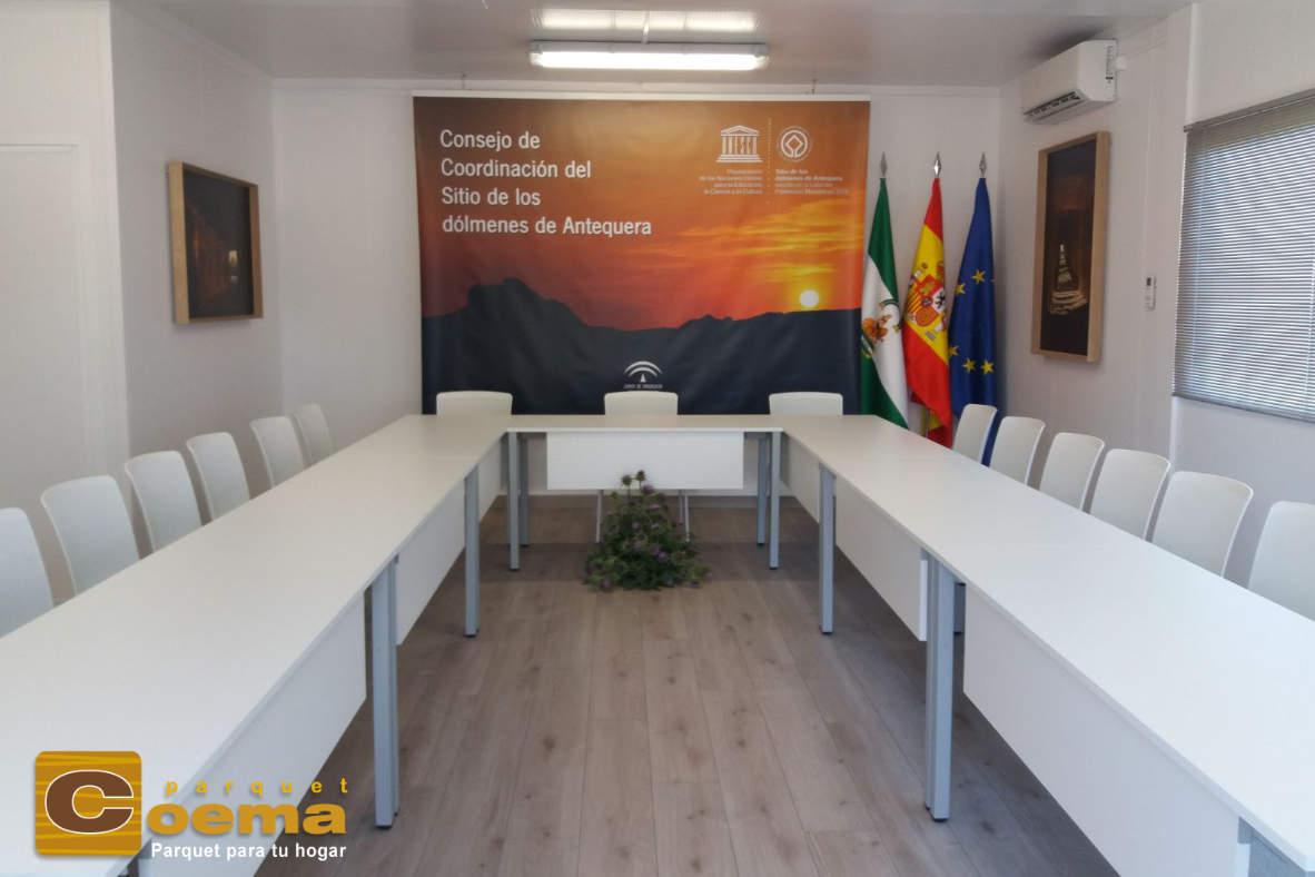 Instalación de tarima laminada en sala de reuniones de Antequera