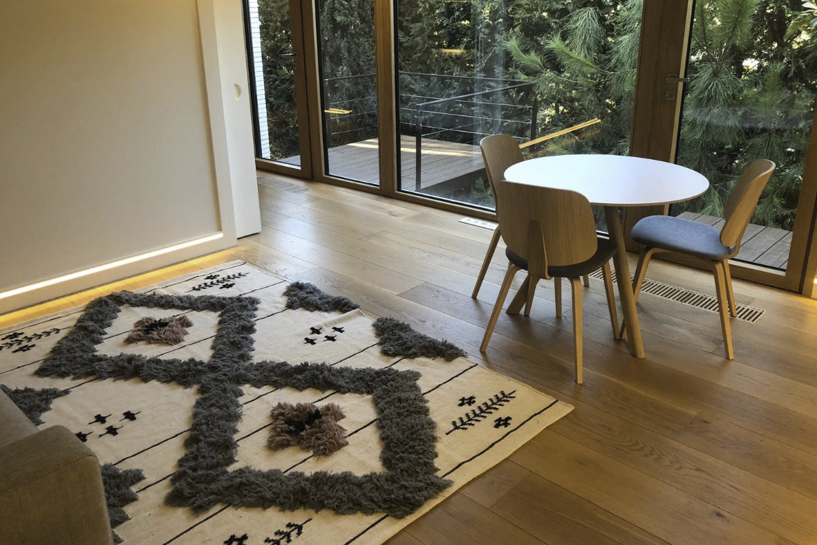 Instalación de tarima tricapa de roble forrado de huella y tabica en vivienda unifamiliar de lujo